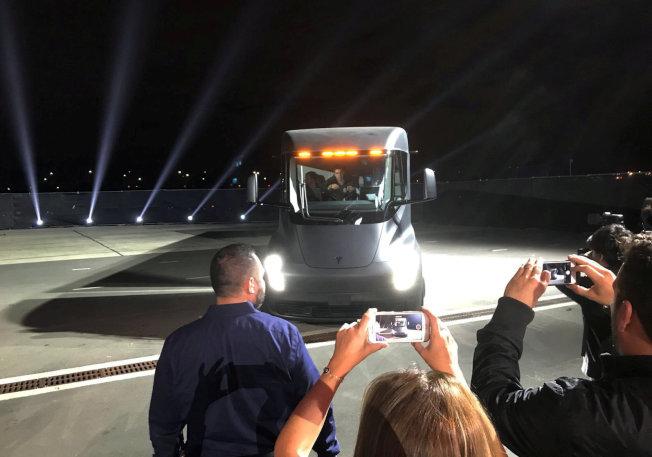特斯拉的電動貨櫃車登場,觀眾爭相拍照。(路透)