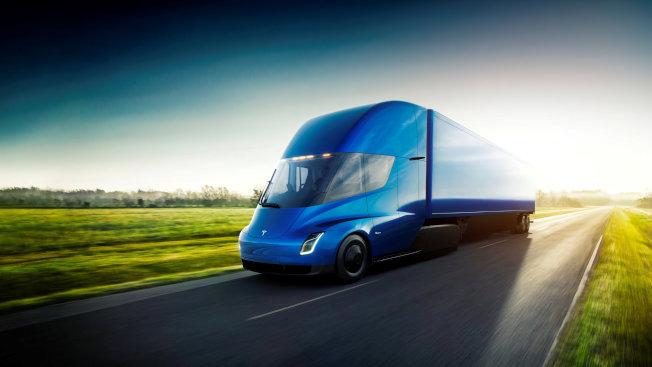 特斯拉的全電動貨櫃車正在試車。(路透)