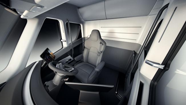 特斯拉全電動貨櫃車的駕駛艙非常簡潔。(美聯社)