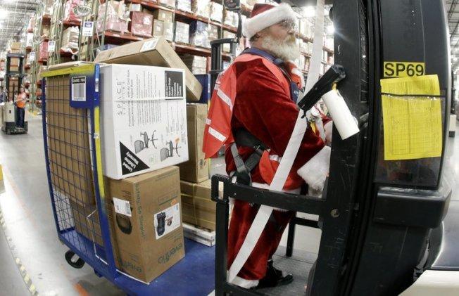 亞馬遜的「露營族勞動力」計畫雇用成千上萬的銀髮臨時工,在聖誕季很忙的時候,為網路訂貨裝箱。(美聯社)