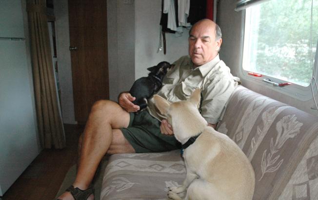 以露營車為家,養寵物作伴。(美聯社)