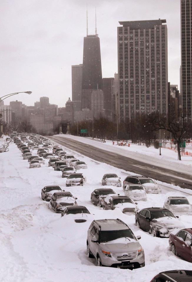 芝加哥2011年的「史上第三大暴風雪」,湖濱大道北向堵死,數百輛車被困。(Getty Images)