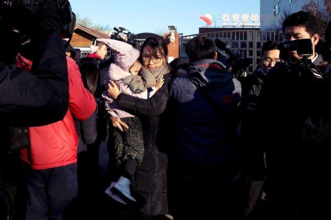 事發園區外,要求說法的北京家長。 (美聯社)