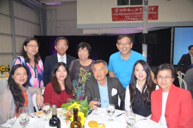 爾灣中文學校校長鍾幼蘭(前排右一)出席橙縣華人商會基金會籌款晚宴。(記者王全秀子/攝影)
