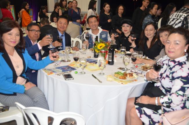 橙縣華人社區參加籌款晚宴。(記者王全秀子/攝影)