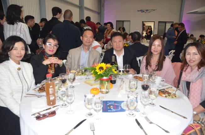 華裔律師蔡玟慧(左二)和社區人士參加籌款晚宴。(記者王全秀子/攝影)