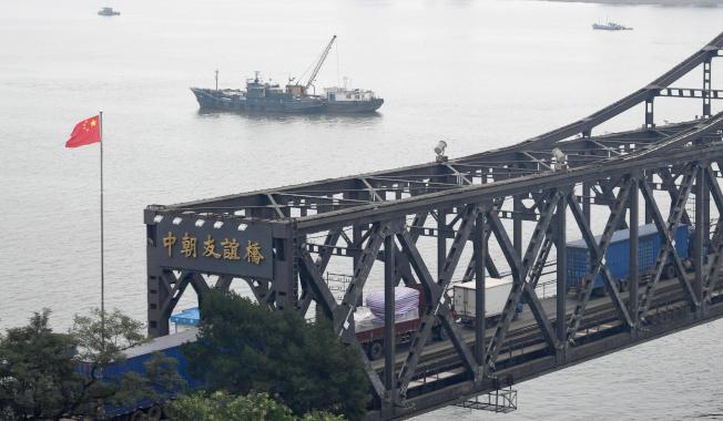 中國指北韓端的中朝友誼橋需要修繕,24日起停止通行。(美聯社)