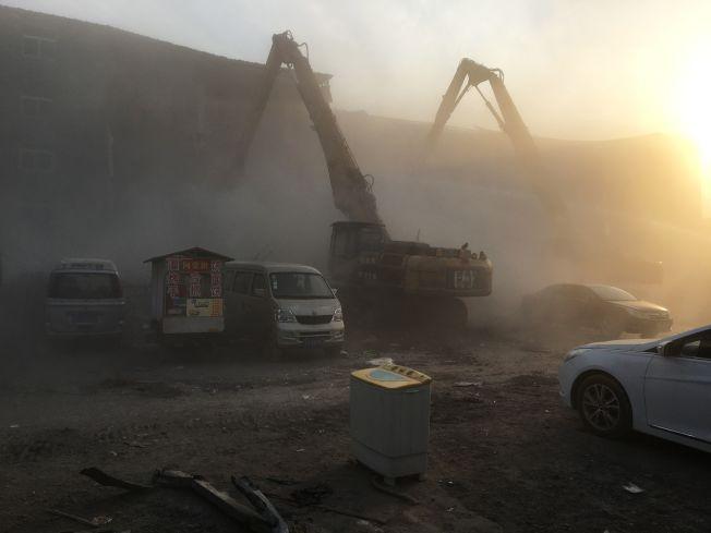 拆除工人在18日大火後 19日進行火場清理拆建工作。(Getty Images)