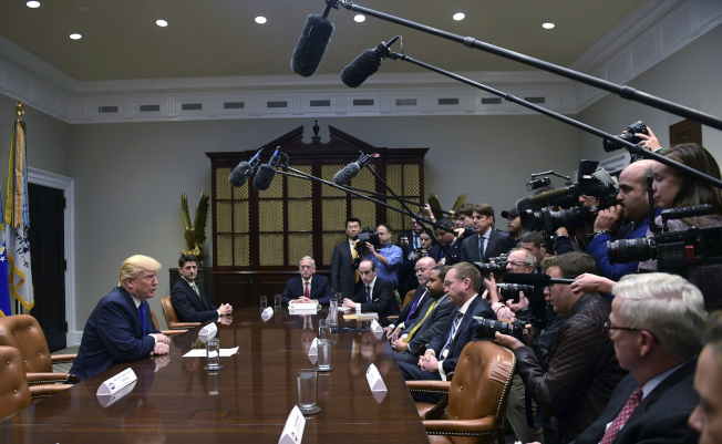 北韓試射洲際導彈後,川普總統(左)在白宮召開緊急會議,商量因應之道。(美聯社)