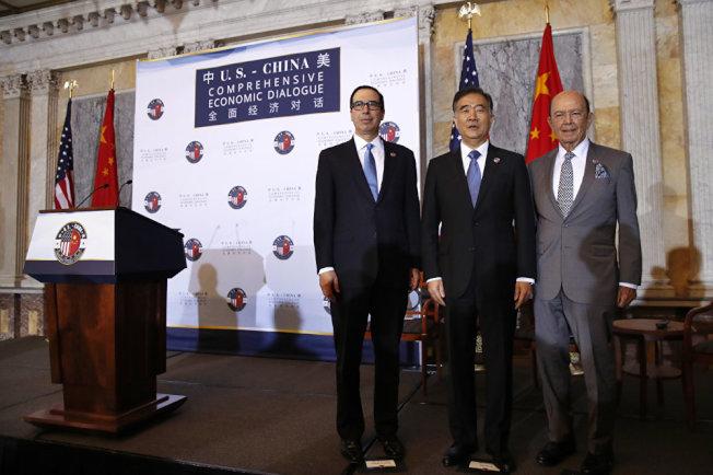 中國副總理汪洋(中)到華府參加中美經濟戰略對話。(美聯社)