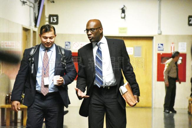 雷家五命案檢察官弗爾明(右)與調查人員離開法庭。(記者李秀蘭/攝影)