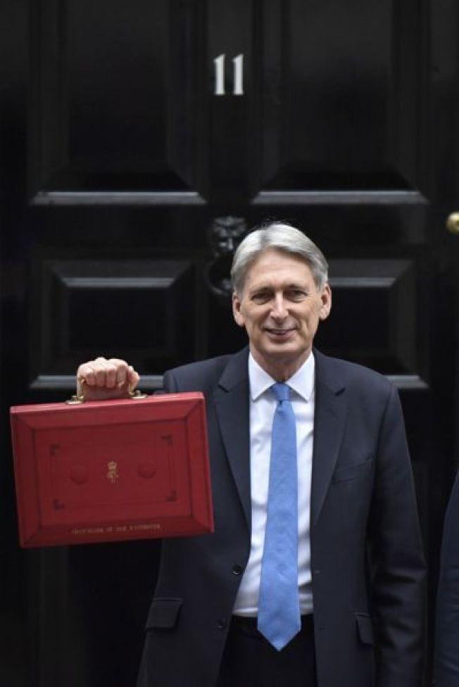 英國財政大臣菲利普·哈蒙德22日公佈英國政府啟動脫歐程序後首份預算報告,表示英國在未來兩年將為脫歐投入30億英鎊。 新華社