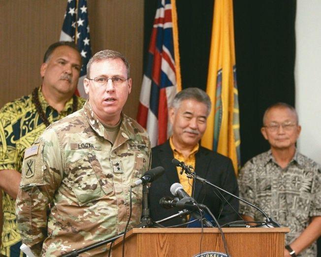 美國陸軍少將羅根(左二)28日在檀香山說明重啟核彈空襲警報測試的相關事宜。(路透)