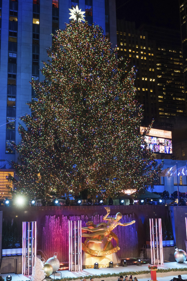 洛克菲勒中心聖誕樹被點亮。(美聯社)
