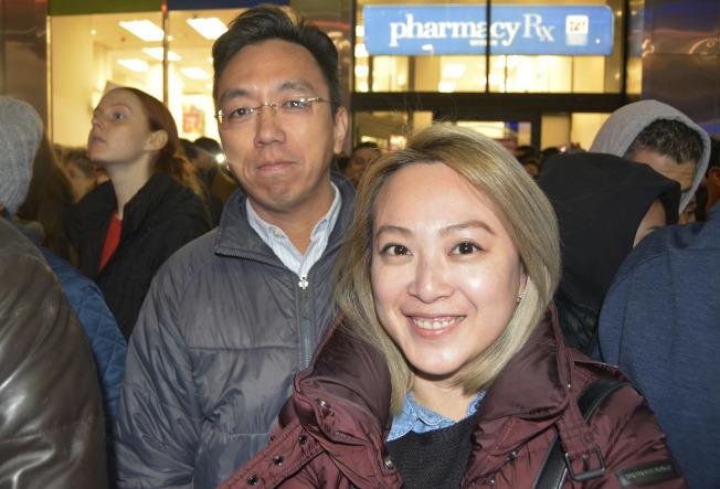 江凱西與男友一起看點燈,享受過節的喜悅。(記者俞姝含/攝影)