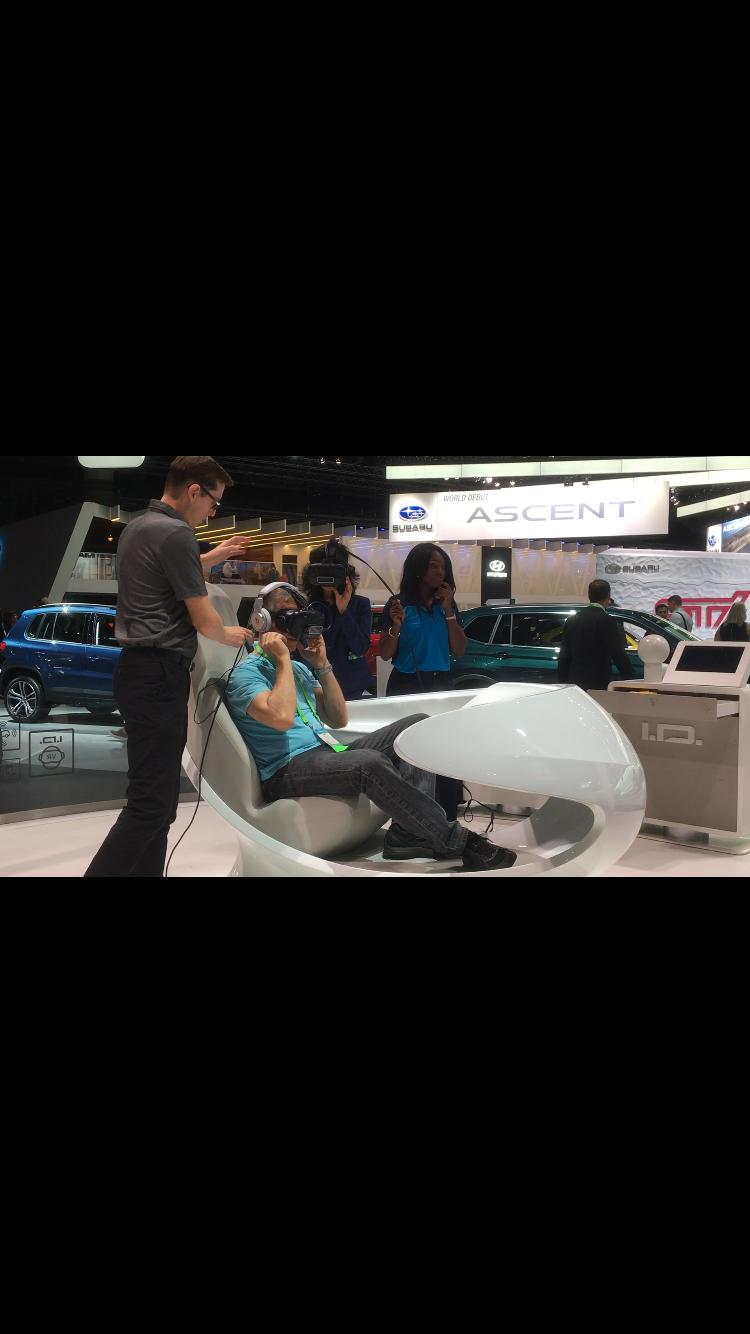 現場提供新車試開、虛擬實際與遊戲站台,開放給媒體與商人們體驗最新科技。(記者謝雨珊/攝影)