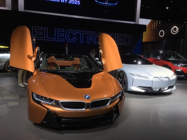 令人注目許久的BMW敝蓬翅膀設計插電式油電混合跑車BMW i8 roadster在場引起很大迴響。(記者謝雨珊/攝影)