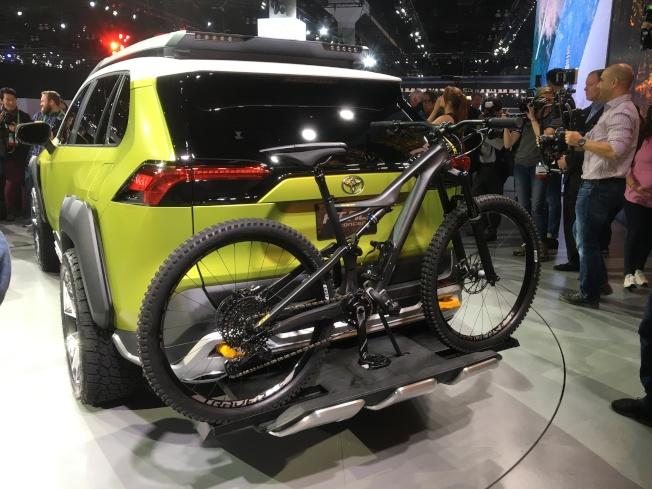 在FT-AC車後有腳踏車裝架,讓腳踏車能固定在車後不輕易掉落。(記者謝雨珊/攝影)