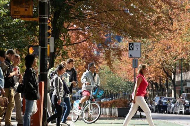 溫哥華街頭,可以看到加拿大多元的社會群族組合。 圖片/邱劍英