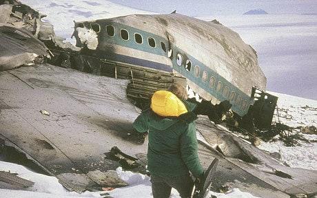 搜救人員進入紐西蘭航空空難現場。美聯社