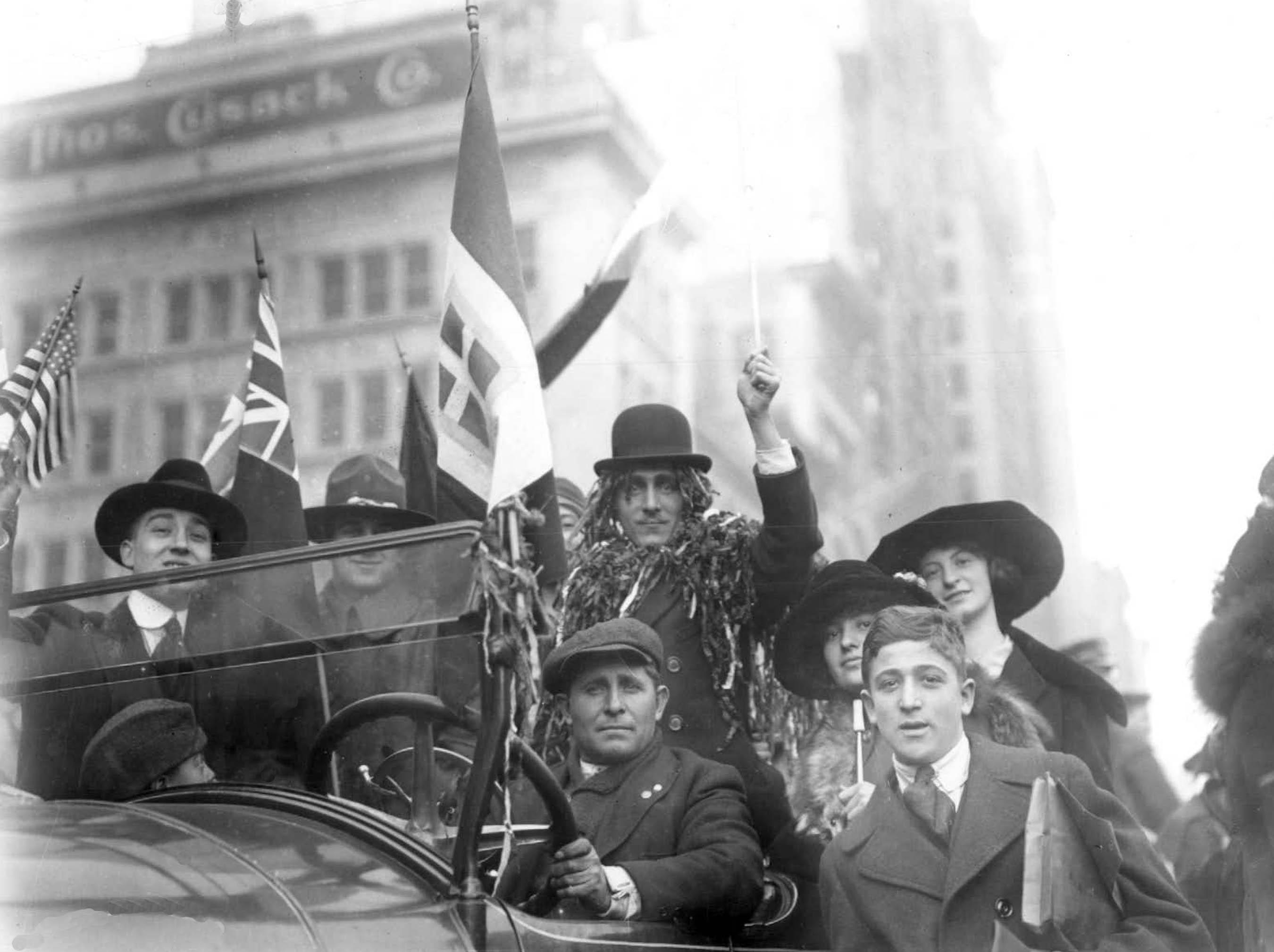 1918年11月11日,这一天是第一次世界大战的「停战纪念日」(Armistice Day),为了向战场上的战士致敬,美国也订这天为退伍军人节(Veterans Day)。图为当时美国民众上街庆祝战争结束的画面。 (美联社)