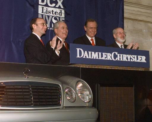 戴姆勒克萊斯勒主席Robert Eaton(左二)和Jurgen Schrempp(左三)出席紐約證交所上市日。美聯社