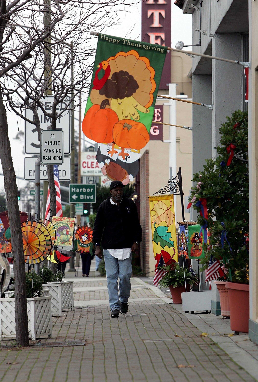 越過史丹福大學正門前El. Camino Real大道,是個林木蒼鬱、平均房價超過300萬的社區。(Getty Images)