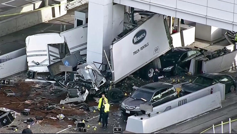 海灣大橋收費站2日清晨5時發生一起嚴重車禍,一輛失控的貨車先撞上其他汽車,然後撞進一個收費亭,導致一名華裔收費員當場喪生。(美聯社)