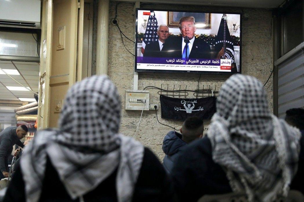 巴勒斯坦人在耶路撒冷舊城看電視播出的川普演說。 路透