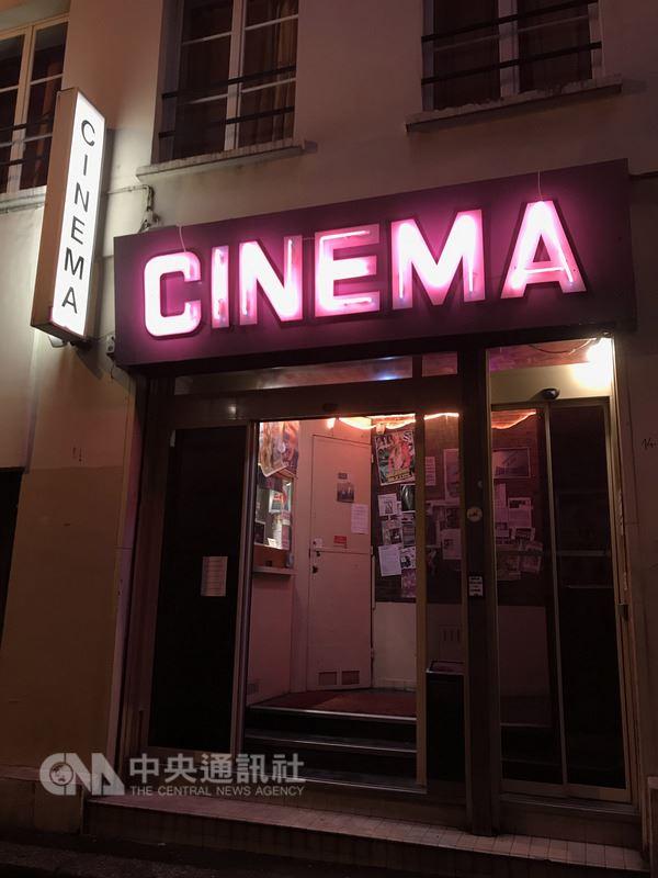 2017年12月的一個冬日,比佛利電影院照常點亮粉色霓虹燈。這間巴黎唯一的A片電影院即將歇業,對老闆和常客來說,這是一個年代的逝去。中央社記者曾依璇巴黎攝