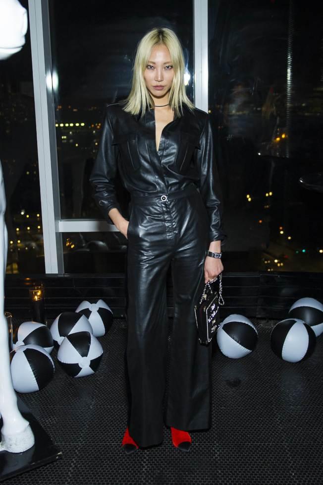 南韓超模朴秀珠穿著CHANEL 2017 PARIS COSMOPOLITE巴黎大都會工坊系列黑色皮革套裝配香奈兒Code Coco腕表。