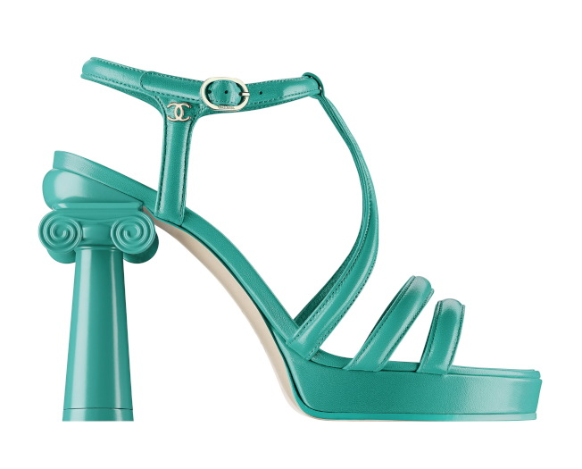 涼鞋配上宛如神廟石柱的鞋跟,以粉嫩亮彩色打造搶眼的質感。