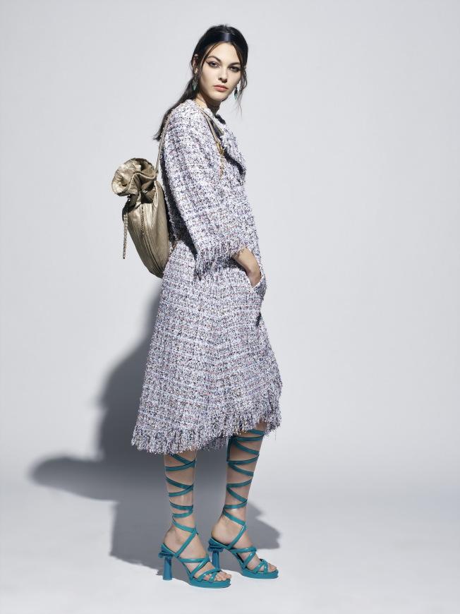 羅馬涼鞋配上宛如神廟石柱的鞋跟,以粉嫩亮彩色打造搶眼的質感。