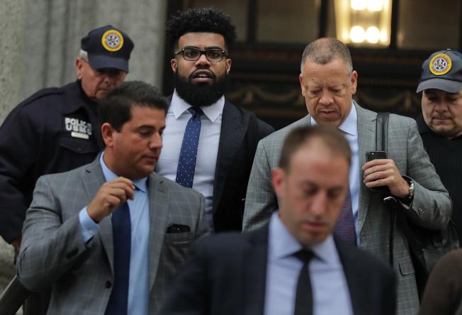 美國足球明星Ezekiel Elliott(上中)因為家暴被逮捕。(美聯社)
