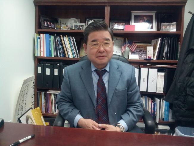 紐約市議員顧雅明說,華人移民家暴的原因主要是精神和經濟壓力大。(韓傑/攝影)