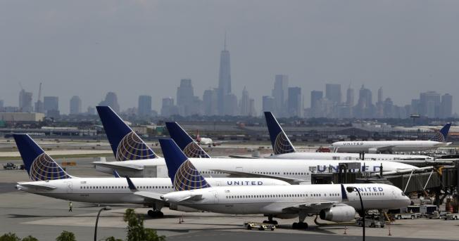 原定從紐瓦克飛上海的航班,因為乘客在機上病逝,還未起飛就取消了。(美聯社)