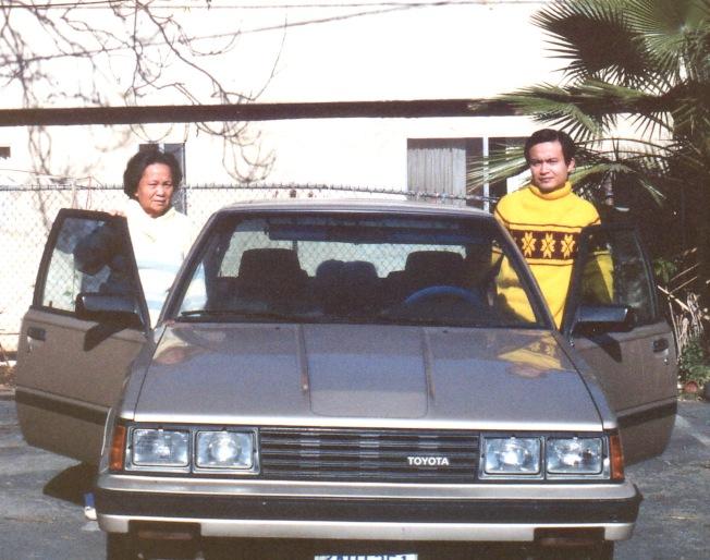 當年買了一輛一九八四年的豐田Camry, 和母親在屋後拍了這張照片。