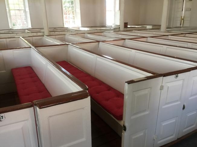 李將軍一家人在教堂的座位。