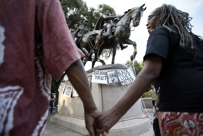 李將軍雕像在夏洛茲維爾引起抗議。(美聯社)