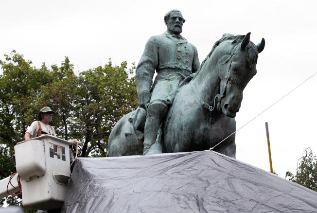 這座李將軍雕像成為抗議者的目標。(美聯社)