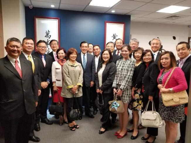 北美華人會計師協會日前訪問台灣,圖為全體成員與中華民國前總統馬英九合影。(林清吉提供)