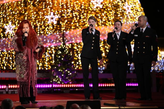 第95屆國家聖誕樹點燈儀式在白宮橢圓形廣場舉行,五度斬獲葛萊美獎的鄉村歌手維諾娜‧嘉德(左一)與美國海軍樂隊的歌手合唱。(記者羅曉媛/攝影)