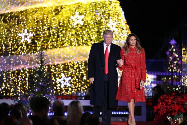 第95屆國家聖誕樹點燈儀式在白宮橢圓形廣場舉行,為川普總統上任後的首場聖誕樹點燈,他攜第一夫人梅蘭妮亞點亮聖誕樹,並向全美人民送上節日祝福。(記者羅曉媛/攝影)