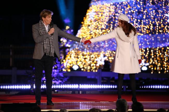 第95屆國家聖誕樹點燈儀式在白宮橢圓形廣場舉行,歌手兼演員Jack Wagner唱跳掀氣氛高潮。(記者羅曉媛/攝影)