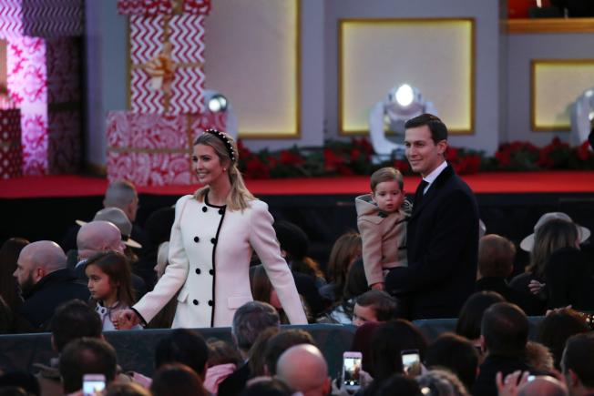 第95屆國家聖誕樹點燈儀式在白宮橢圓形廣場舉行,為川普總統上任後的首場聖誕樹點燈,其女兒伊凡卡、女婿庫許納等家人入場。(記者羅曉媛/攝影)