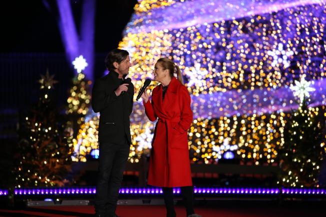 第95屆國家聖誕樹點燈儀式在白宮橢圓形廣場舉行,主持人Kathie Lee Gifford(右)亦客串表演嘉賓獻唱。(記者羅曉媛/攝影)