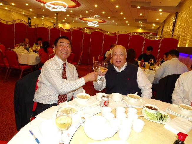 負責營造的Mission Constructions公司負責人(右)與百利食街負責人簡仲強(左)舉杯慶祝動土典禮圓滿成功。