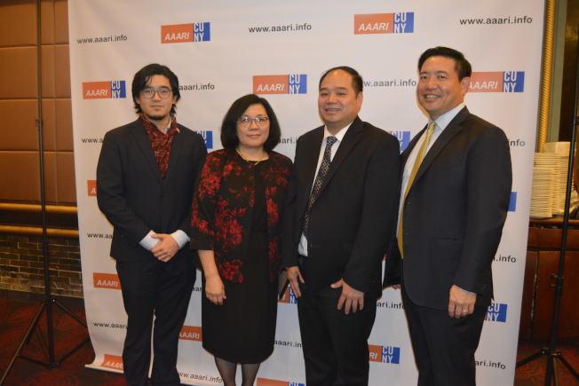 市大亞裔研究所舉辦成立16周年晚會,左起:李健鴻、梅鄧妙蘭、何大偉、亞裔研究所董事會成員Kevin D. Kim。(記者俞姝含/攝影)