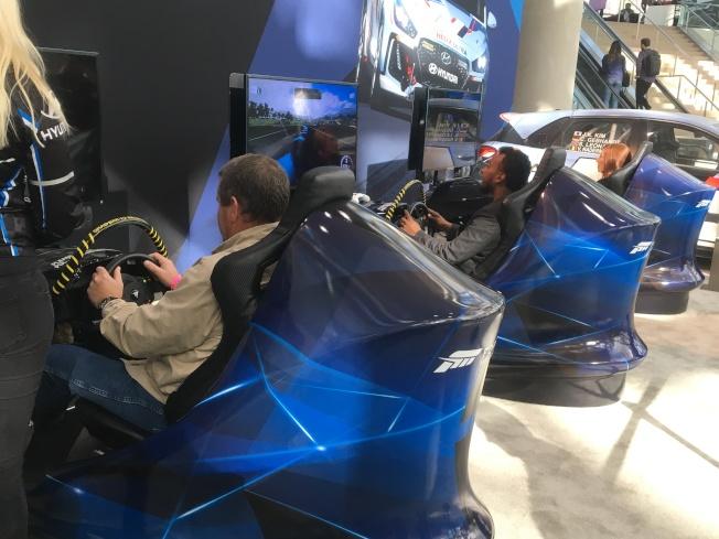 媒體們也沉浸在體驗賽車遊戲及虛擬實境世界裡。(記者謝雨珊/攝影)