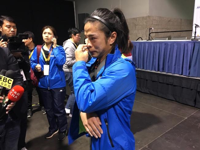 許淑淨30日在比賽中手臂拉傷,因此淚灑現場。(記者張宏/攝影)